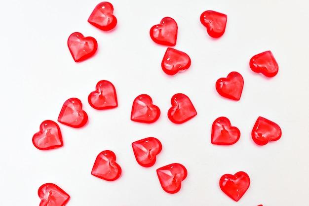 Banner: rote herzen oben. valentinstag konzept. isoliert auf einer weißen oberfläche. speicherplatz kopieren
