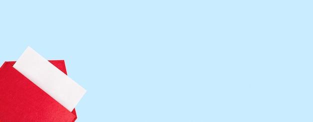 Banner roter offener umschlag mit einem blatt papier mit mock-up auf blauem hintergrund mit copyspace.
