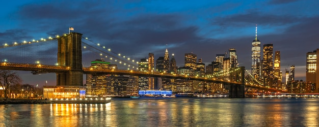 Banner und cover-szene von new york cityscape mit brooklyn bridge über den east river