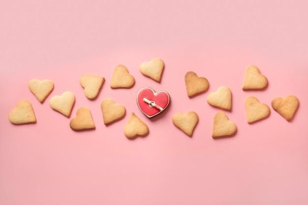 Banner von hausgemachten herzförmigen keksen und liebesbrief auf rosa.