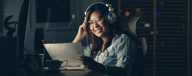 Banner-webseite oder cover-vorlage der asiatischen geschäftsfrau, die hart sitzt und arbeitet