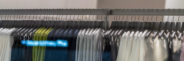 Banner-webseite oder cover-vorlage des kleiderständers im brillenmodegeschäft in der einkaufsabteilung