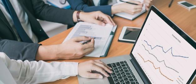 Bannerfoto einer gruppe von geschäftsleuten mit laptop-computer beim brainstorming-treffen im büro im büro