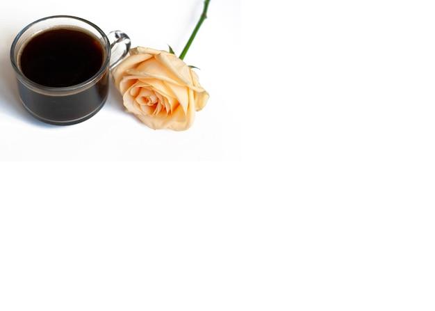 Bannerkaffee und eine gelbe rose auf einem weißen hintergrund, kopienraum