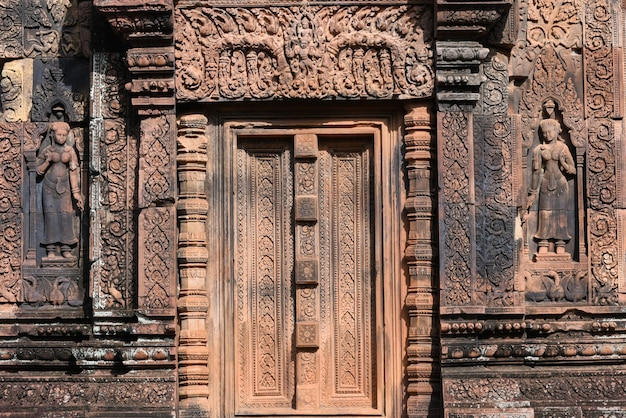 Banteay srei nördlich der tempelstadt angkor. banteay srei ist einer der beliebtesten antiken tempel in siem reap schnitzereien auf rotem sandstein kambodscha