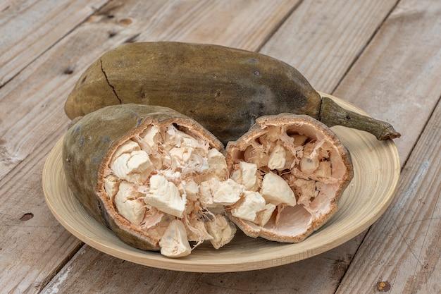 Baobab-frucht oder adansonia digitata auf teller, fruchtfleisch und pulver, superfood auf der insel sansibar, tansania, ostafrika. nahaufnahme