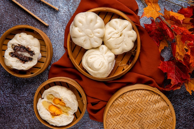 Baozi oder bakpao ist eine art von hefesäuerten gefüllten brötchen in verschiedenen chinesischen küchen es gibt viele variationen bei der füllung von fleisch oder vegetarisch und zubereitungen, obwohl die brötchen meistens gedünstet werden