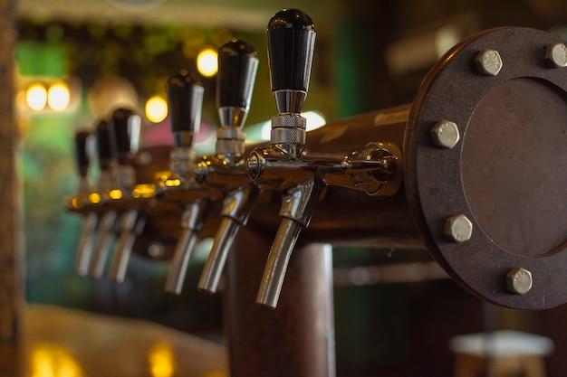 Bar eingerichtet, um bier in becher zu gießen