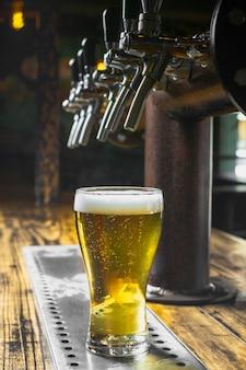 Bar eingerichtet, um bier mit schaum einzuschenken