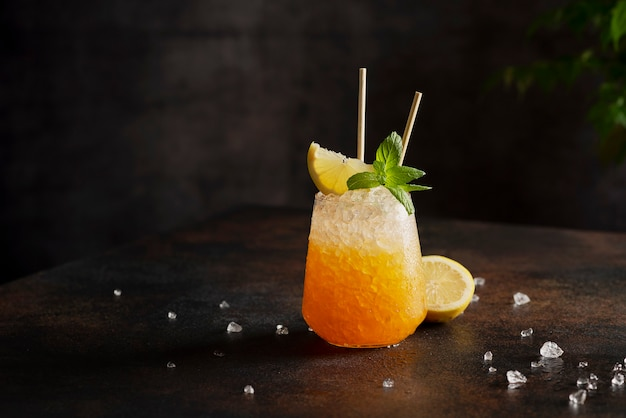 Bar-konzept, cocktail mit crushed ice, zitrone und minze auf der rinde, selektives fokusbild