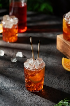 Bar konzept. italienischer sommercocktail aperol mit eis und orange, selektives fokusbild