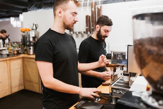 Bar-konzept mit zwei barkeeper
