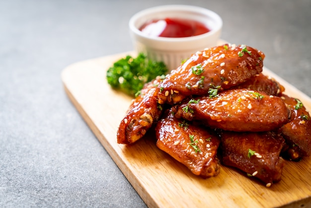 Barbecue chicken wings mit weißem sesam
