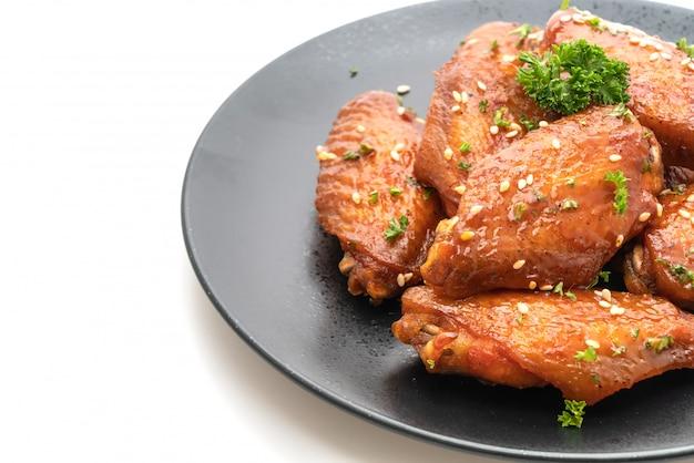 Barbecue chicken wings mit weißem sesam
