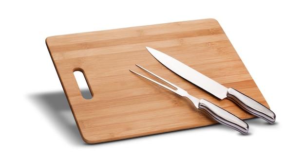 Barbecue-kit mit holz zum schneiden von fleisch, messer und langer gabel, isoliert
