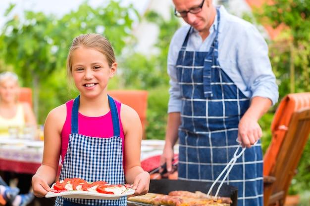 Barbecue mit der familie im garten