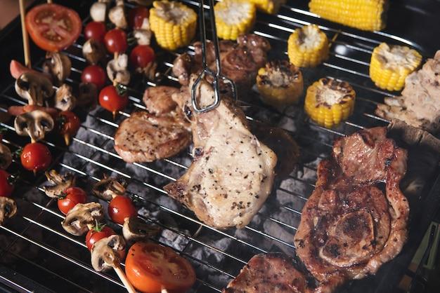 Barbecue mit köstlich gegrilltem fleisch auf dem grill