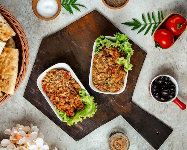 Barbecue-salat und salat mit bohnen auf einem holzbrett