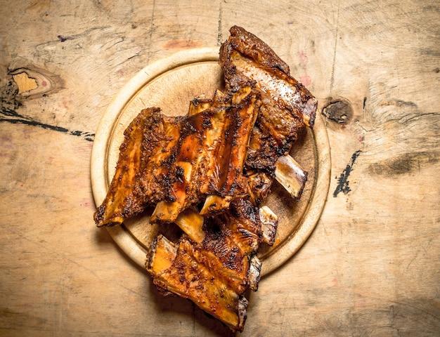 Barbecue schweinerippchen auf holztisch.