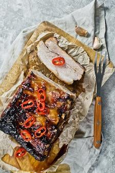 Barbecue schweinerippchen mit chili.