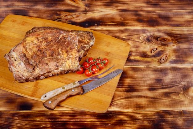Barbecue schweinerippchen und tomaten nahaufnahme