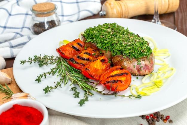Barbecue-steak mit chimichurri-sauce