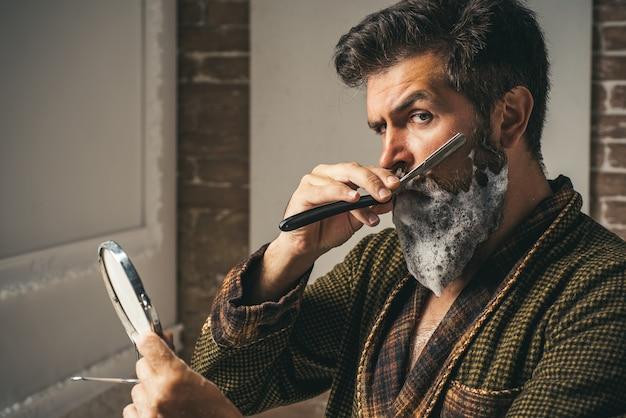 Barber shop studios.sandalwood rasierschaum. die haarvorbereitung ist nur für den schneidigen kerl. schnurrbartwachs. friseursalon und friseur vintage. barbershop vintage. er macht styling mit dem rasierer.