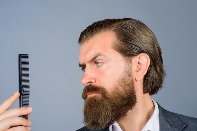 Barbershop bärtiger mann mit kamm friseursalon bärtiger mann mit friseurkamm professionelle bartpflege