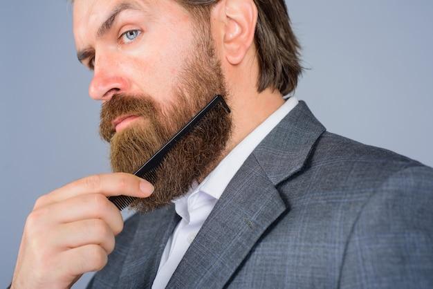 Barbershop werbung professioneller bartpflege friseur bärtiger mann mit kamm barbershop bärtig