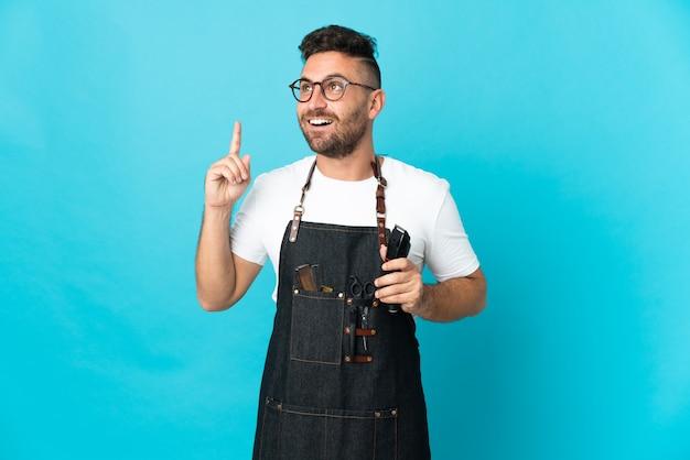 Barbiermann in einer schürze, der eine idee denkt und mit dem finger nach oben zeigt