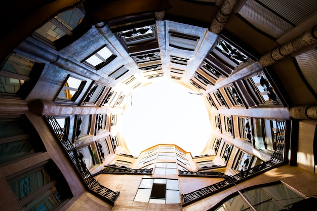Barcelona, katalonien, spanien, 21. september 2019. architektonische details der dachfassade in der modernistischen casa mila, auch bekannt als la pedrera, entworfen von antonio gaudi.