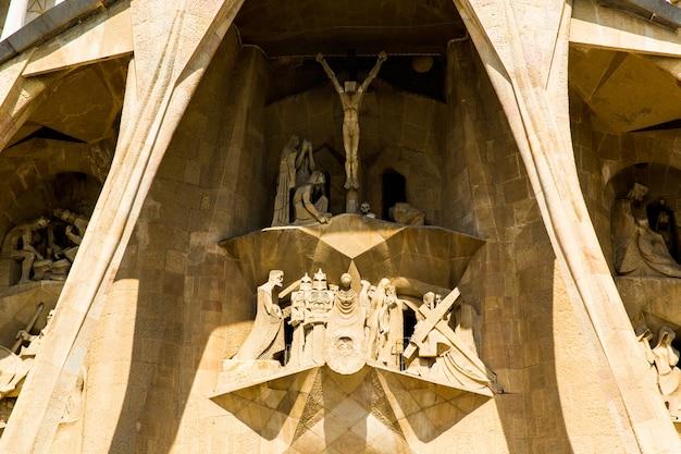 Barcelona, spanien, 20. september 2019. die sagrada familia ist eine riesige römisch-katholische basilika in barcelona, spanien, die von antoni gaudi entworfen wurde und zum unesco-weltkulturerbe gehört.
