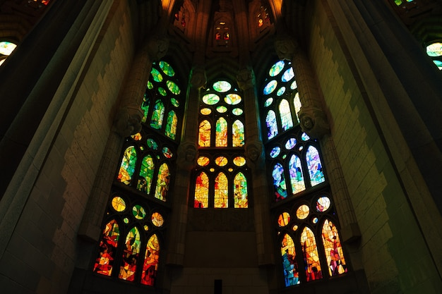 Barcelona spanien befleckte fenster aus dem inneren der sagrada familia in barcelona spanien