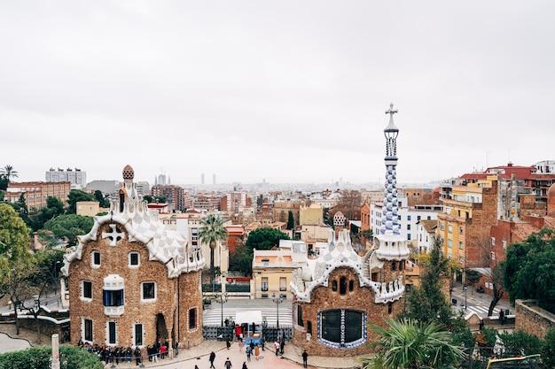 Barcelona spanien dezember der zentrale eingang zum park güell in barcelona lebkuchenhäusern