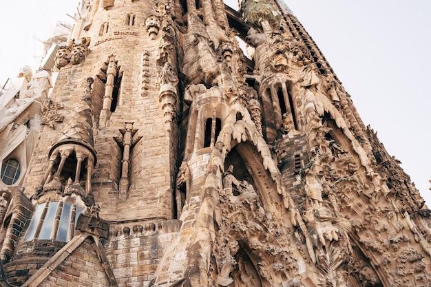 Barcelona spanien dezember die fassade der weihnachtssagrada familia in barcelona
