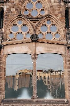 Barcelona spanien dezember fenster in der fassade der sagrada familia in barcelonagrad
