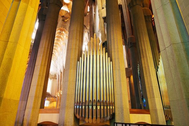 Barcelona spanien dezember glänzend chrom mehrfarbige orgelpfeifen in sagrada familia orgelregister