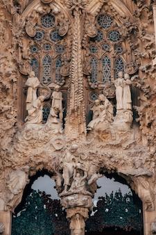 Barcelona spanien dezember skulpturen und statuen an der fassade des gebäudes sagrada familia