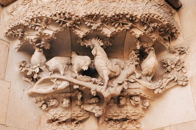 Barcelona spanien dezember skulpturen und statuen an der fassade des gebäudes sagrada familia Premium Fotos