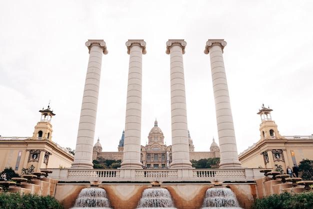 Barcelona spanien dezember vier antike säulen von puigikadafalka in der nähe des magischen brunnens von montjuic