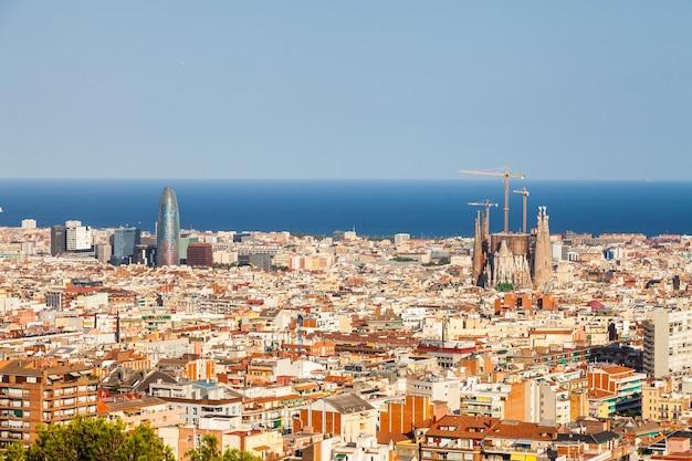 Barcelona, spanien. wunderbarer blauer himmel an einem sonnigen tag in der stadt mit blick auf die sagrada familia.