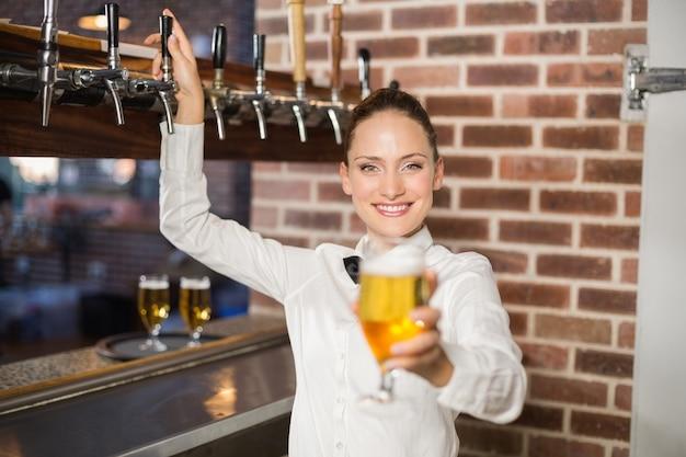 Bardame hält ein bier