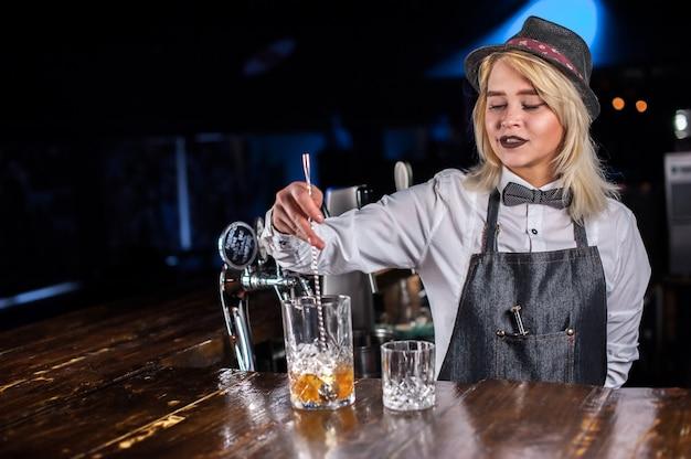 Bardame macht einen cocktail im schankraum