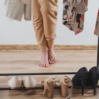 Barfuß frau vor kleiderschrank