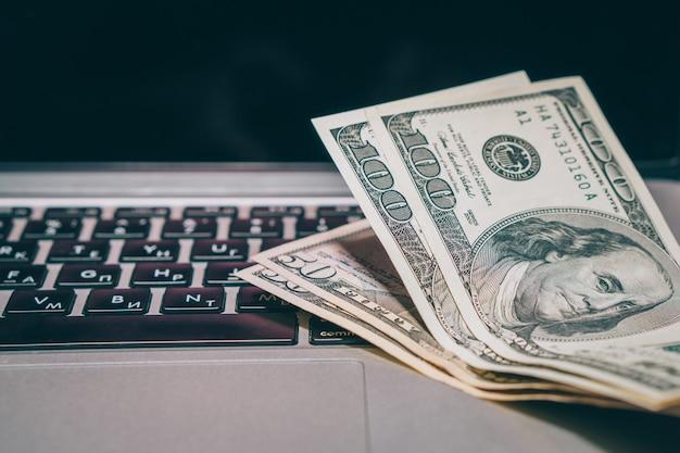 Bargeld, das in der nähe einer computernahaufnahme liegt