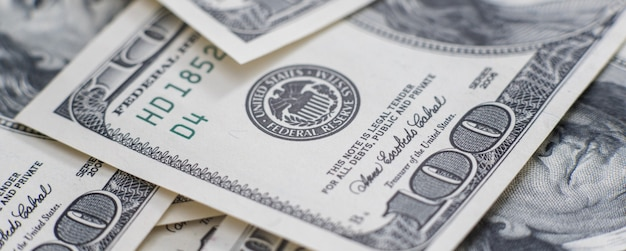 Bargeld in einem großen haufen als finanzhintergrund