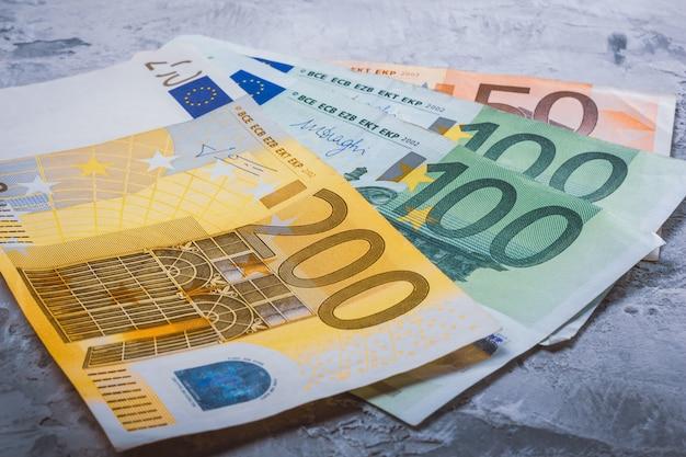 Bargeld in euronahaufnahme 200, 100 und 50