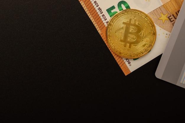 Bargeld, kredite, einlagen, devisentransaktionen, geldtransfers. euro-banknoten, bitcoins, karte mit kopierraum an einer schwarzen wand. alle zahlungsmethoden