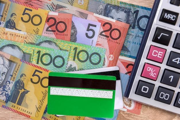 Bargeld und kreditkarte mit australischen dollar-banknoten