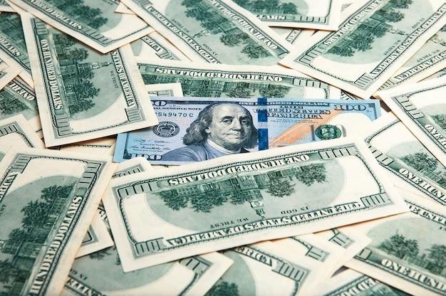 Bargeld von hundert dollarscheinen, dollarhintergrund. ein stapel von hundert us-banknoten.